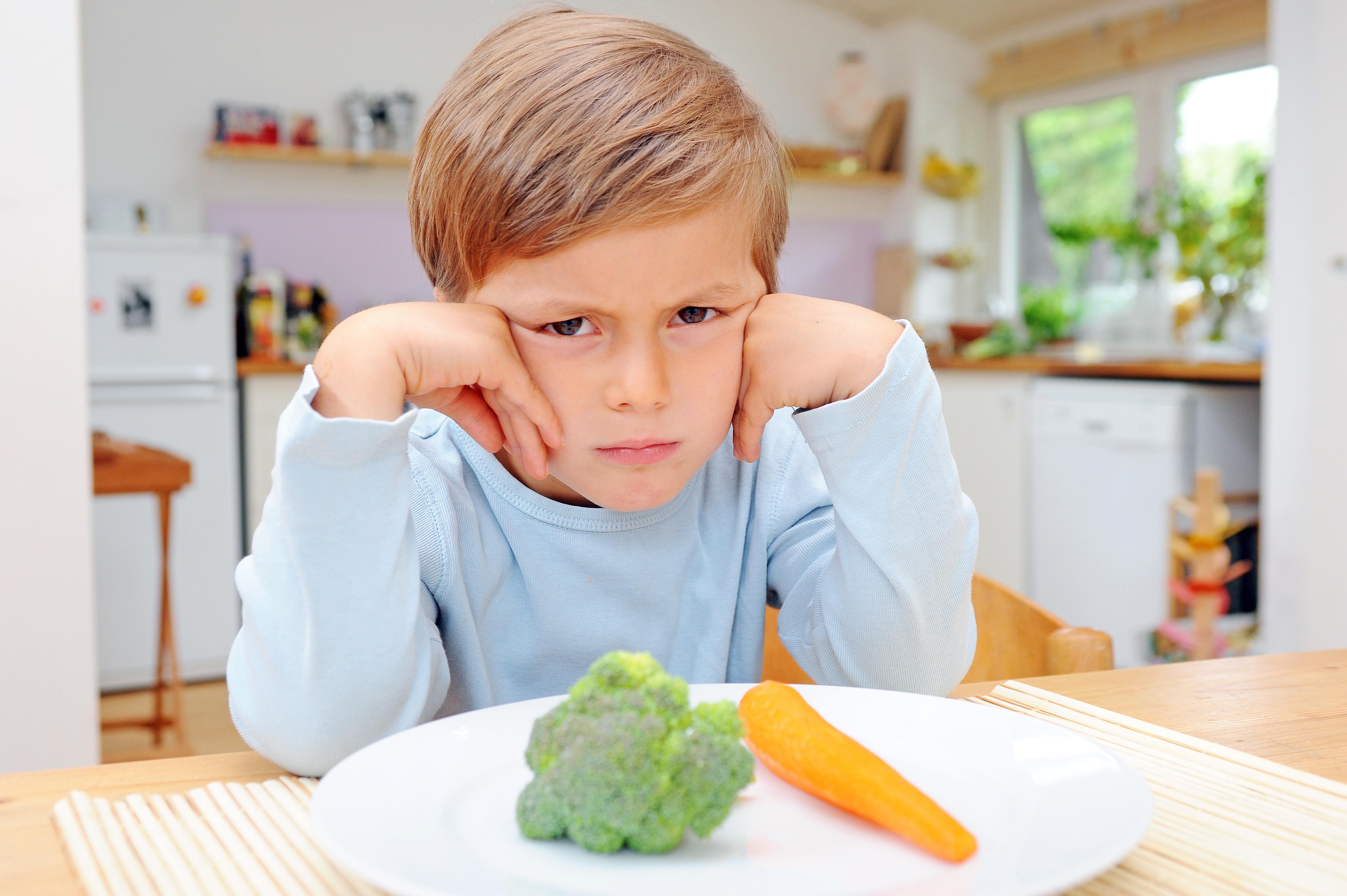 Kind mit Gemüse